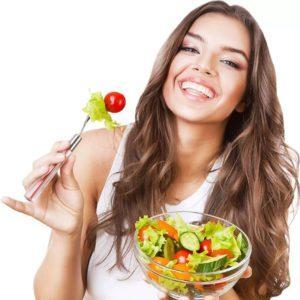На фото симпатичная девушка использует фруктово-овощную диету для понижения лишнего веса и не опасного похудения.
